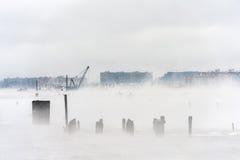 Fiume hudson nell'inverno con Misty Edgewater Cityscape nel fondo Fotografie Stock