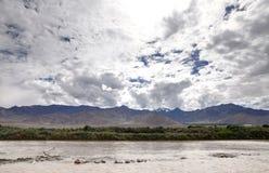 Fiume Indo e bella catena montuosa a Leh, HDR Fotografia Stock Libera da Diritti