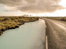 Fiume Islanda della silice e della strada Immagini Stock
