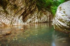 Fiume Khosta, portone della montagna del ` s del diavolo del canyon nella riserva caucasica di biosfera, Soci, Russia immagine stock
