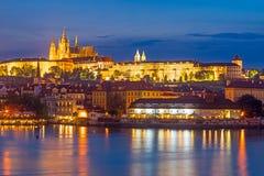 Fiume la Moldava alla repubblica Ceca di Praga di notte Immagini Stock Libere da Diritti