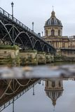 Fiume la Senna con Pont des Arts e Institut de France alla notte i immagini stock