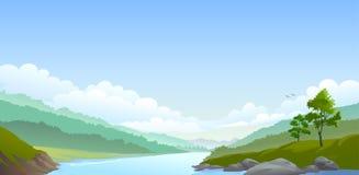 Fiume laterale del paese, colline e vasto cielo blu Fotografie Stock Libere da Diritti