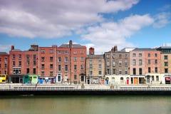 Fiume Liffey e costruzioni variopinte a Dublino Immagini Stock Libere da Diritti
