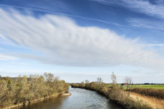 Fiume Loisach con la nuvola in Baviera Fotografie Stock