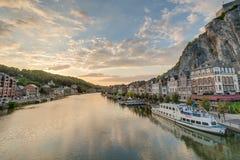Fiume Meuse che passa attraverso Dinant, Belgio Immagini Stock Libere da Diritti