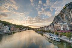 Fiume Meuse che passa attraverso Dinant, Belgio immagini stock