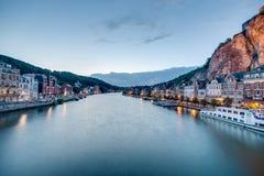 Fiume Meuse che passa attraverso Dinant, Belgio Fotografia Stock Libera da Diritti