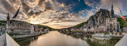 Fiume Meuse che passa attraverso Dinant, Belgio Fotografie Stock Libere da Diritti