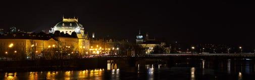 Fiume nazionale della Moldava del teatro   Nocni Praga di Prag di notte Fotografia Stock
