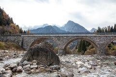 Fiume nei alpes sotto il ponte Immagini Stock Libere da Diritti