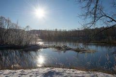Fiume nei raggi del sole di inverno Immagini Stock