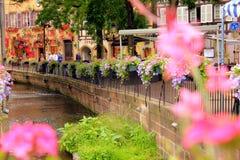 Fiume nel centro di Colmar in Francia fotografie stock libere da diritti