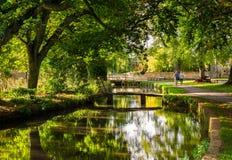 Fiume nel Cotswolds, Inghilterra di autunno fotografia stock