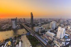 Fiume nella città di Bangkok con la costruzione dell'alta carica al tramonto Fotografia Stock Libera da Diritti