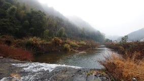 Fiume nella mattina nebbiosa in villaggio cinese, vita rurale pacifica di inverno video d archivio