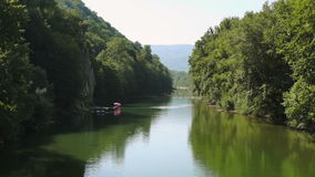Fiume nelle montagne stock footage