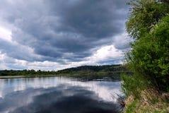 Fiume, nuvole, Siberia, sera, prima di una tempesta Fotografie Stock Libere da Diritti