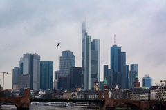 Fiume nuvoloso della conduttura del ponte del gabbiano del tempo dell'orizzonte nuvoloso di Francoforte Immagine Stock Libera da Diritti
