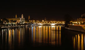 Fiume panoramico 'Guadalquivir' di notte Immagine Stock