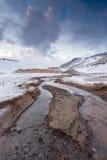 Fiume a partire dalle sorgenti di acqua calda su un campo geologico sull'Islanda Immagini Stock Libere da Diritti