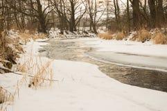 Fiume parzialmente congelato Immagini Stock