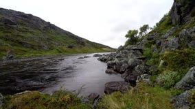 Fiume polare con acqua pulita nelle montagne, Kola Peninsula, Russia stock footage