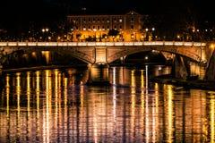 Fiume, ponte e riflessioni del Tevere su acqua Notte Roma, Italia Fotografia Stock Libera da Diritti