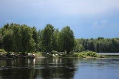 Fiume puro e pulito della Finlandia, ad estate Fotografie Stock