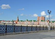 Fiume rosso della città di architettura del castello di viaggio di Europa della cattedrale della parete della torre del punto di  Fotografia Stock Libera da Diritti