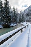 Fiume scenico di inverno di Snowy che entra nelle alpi julian delle montagne in cielo blu variopinto, Slovenia Immagini Stock