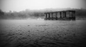 fiume scolantesi della chiesa fotografie stock libere da diritti
