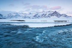 Fiume selvaggio di inverno islandese che entra nel canyon Fiume islandese selvaggio di inverno coperto in neve e ghiaccio Bello g immagini stock libere da diritti