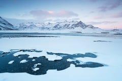 Fiume selvaggio di inverno islandese che entra nel canyon Fiume islandese selvaggio di inverno coperto in neve e ghiaccio Bello g fotografie stock