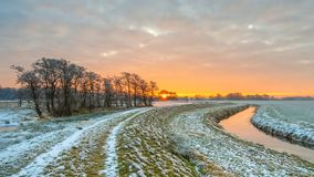 Fiume serpeggiante vicino della diga nel paesaggio congelato del pascolo Fotografia Stock Libera da Diritti