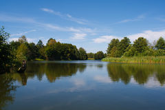 Fiume silenzioso un giorno di estate soleggiato Fotografie Stock