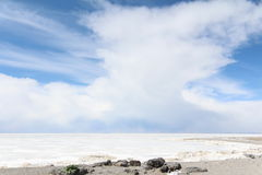 Fiume sotto cielo blu con la nuvola fotografia stock