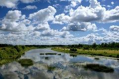 Fiume sotto il cielo blu fotografia stock