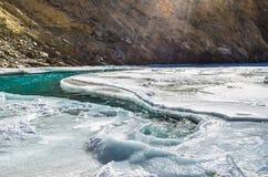Fiume sotto il fiume congelato Fotografia Stock