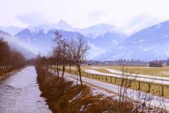 Fiume, strada campestre e montagna delle alpi in piccolo villaggio (Austria) Fotografie Stock Libere da Diritti