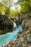 Fiume stretto Soca del od della parte nel parco nazionale di Triglav Fotografie Stock Libere da Diritti