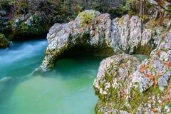 Fiume stupefacente nelle montagne, Mostnica Korita, alpi di Julia (Ele Immagine Stock
