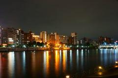 Fiume Sumida Tokyo dell'argine vita di notte, ponte di eliminazione fotografia stock