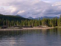 Fiume superiore di Stikine nel parco della regione selvaggia del plateau di Spatsizi Immagini Stock Libere da Diritti