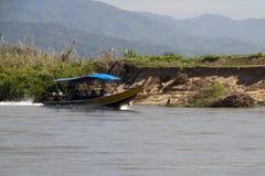 Fiume Tailandia, barca lunga di Kok con i passeggeri che viaggiano sul fiume immagine stock libera da diritti