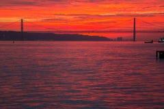 Fiume Tejo di LISBONA nel tramonto Fotografie Stock
