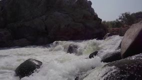 Fiume tempestoso in India stock footage