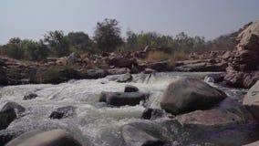Fiume tempestoso in India video d archivio