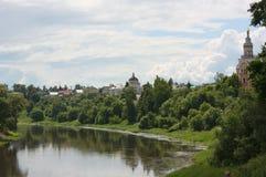 Fiume Tvertsa in città di Torzhok Immagini Stock Libere da Diritti