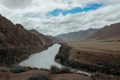 Fiume un giorno di estate, viaggio di Katun attraverso Altai, fiume della montagna Fotografie Stock Libere da Diritti